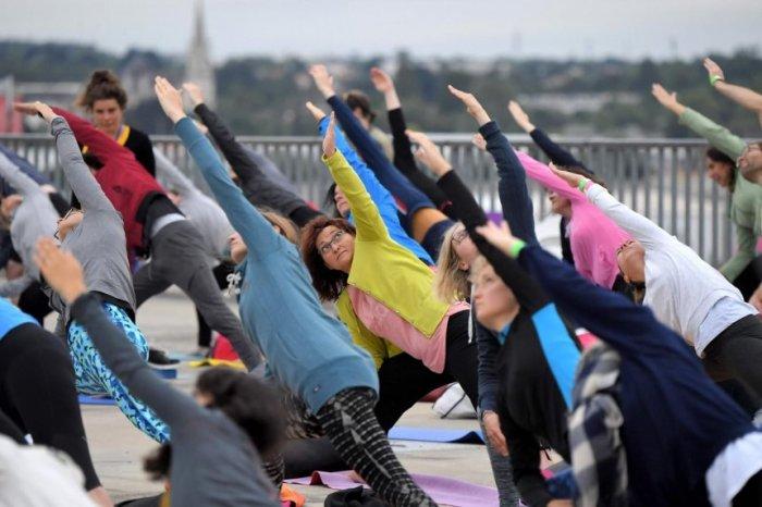 en-nantes-francia-celebraron-el-dia-internacional-del-yoga-con-una-sesion-al-aire-libre-_860_573_1634443