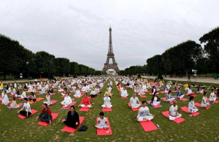 yoga-en-el-campo-de-marte-en-paris-francia-_883_573_1634438