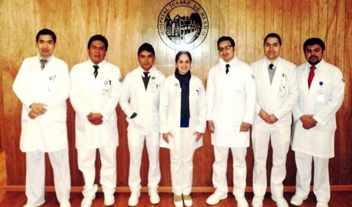 laura-bordenave-posa-con-sus-colegas-residentes-del-hospital-juarez-de-mexico-como-parte-del-posgrado-en-reumatologia-era-febrero-de-2015-_970_571_1642488