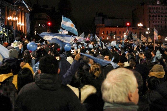 personas-contrarias-a-la-legalizacion-del-aborto-en-argentina-celebran-el-resultado-final-de-la-votacion-en-el-senado-que-rechazo-hoy-sancio_860_573_1652167